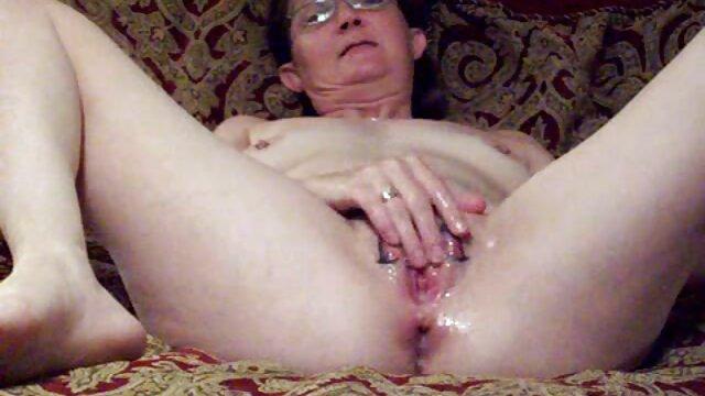 Brünette hotties Strippen und necken sich gratis porno reife damen gegenseitig